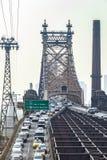 Verkeer in Manhattan met Queensboro-brug royalty-vrije stock afbeeldingen