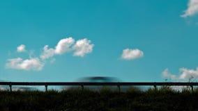 Verkeer met een aardige bewolkte hemel als achtergrond stock video