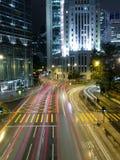 Verkeer in Moderne Stad bij Nacht Stock Foto