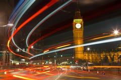 Verkeer in nacht Londen Stock Afbeeldingen