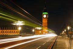 Verkeer in nacht Londen royalty-vrije stock fotografie