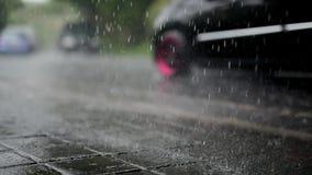 Verkeer onder regen stock footage