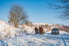 Verkeer op bergachtig plattelandsgebied in de winter Royalty-vrije Stock Afbeelding