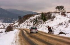 Verkeer op bergachtig plattelandsgebied in de winter Royalty-vrije Stock Foto