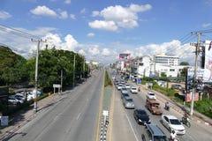 Verkeer op Chiang-Mai Hod-weg Royalty-vrije Stock Fotografie