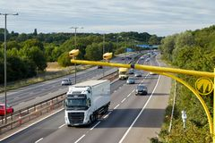 Verkeer op de Britse autosnelweg M5: West Bromwich, Birmingham, het UK stock foto