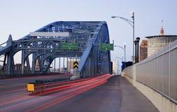 Verkeer op de brug stock afbeeldingen