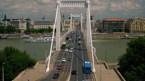 Verkeer op de brug en de boten die door onder de brug overgaan stock videobeelden