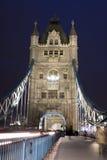 Verkeer op de Brug van de Toren bij nacht in Londen, het UK Royalty-vrije Stock Foto