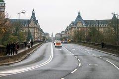 Verkeer op de brug van Pont Adolphe Royalty-vrije Stock Foto's