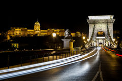 Verkeer op de Kettingsbrug in Boedapest Stock Foto's