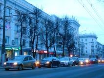 Verkeer op de straat in de avond stock foto's