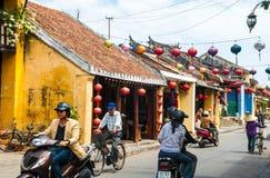 Verkeer op de straat in de oude stad van Hoi An, Vietnam Royalty-vrije Stock Foto