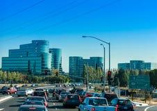 Verkeer op de weg aan Oracle-Hoofdkwartier in Californische sequoiastad Royalty-vrije Stock Foto's