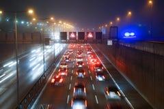 Verkeer op de weg van Berlijn bij nacht Royalty-vrije Stock Afbeeldingen