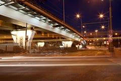 Verkeer op de weg van grote stad (bij nacht), Moskou, Rusland Royalty-vrije Stock Foto's
