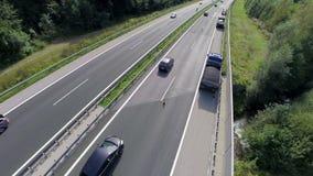 Verkeer op een weg stock videobeelden