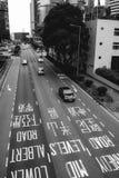 Verkeer op een weg in het midden van Hong Kong stock afbeeldingen