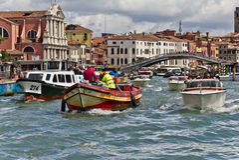 Verkeer op het Grote Kanaal van Venetië Stock Afbeeldingen