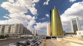 Verkeer op het weg en autoparkeren timelapse hyperlapse dichtbij commercieel van Altyn Orda centrum binnen de stad in van Astana- stock footage