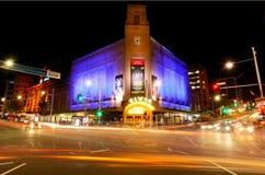 Verkeer op Koningin Street in Auckland de stad in bij nacht Royalty-vrije Stock Foto's
