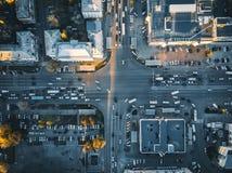 Verkeer op kruispunt of kruising de stad in van Europese stad, lucht of hoogste mening royalty-vrije stock fotografie
