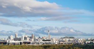 Verkeer op Noordelijke autosnelweg met de horizon van Auckland op achtergrond royalty-vrije stock fotografie