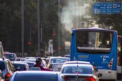 Verkeer op Paulista-Weg bij nacht Stock Afbeelding