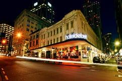 Verkeer op Shortland-straat in Auckland de stad in bij nacht Royalty-vrije Stock Foto's