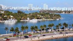 Verkeer op snelweg aan het Strand van Miami in Florida, Luchtmening stock videobeelden