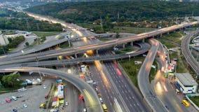 Verkeer op snelweguitwisseling Lucht de stadsverkeer van de nachtmening timelapse stock video