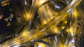 Verkeer op snelweguitwisseling Lucht de stadsverkeer van de nachtmening timelapse UHD stock footage