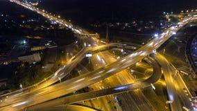Verkeer op snelweguitwisseling Lucht de stadsverkeer van de nachtmening timelapse UHD stock video