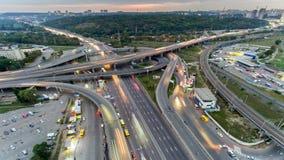 Verkeer op snelweguitwisseling Lucht de stadsverkeer van de nachtmening timelapse UHD stock videobeelden