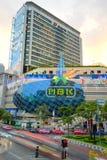 Verkeer op straat en het meeste winkelcomplex van MBK Stock Foto's