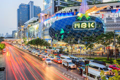 Verkeer op straat en het meeste winkelcomplex van MBK Royalty-vrije Stock Foto