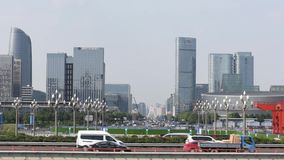 Verkeer op Tianfu-weg in Chengdu stock videobeelden