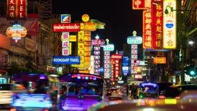Verkeer op Yaowarat-Road bij nacht, Chinatown, Bangkok, Thailand stock video