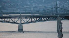 Verkeer over Petofi-brug in het gezoem van Boedapest
