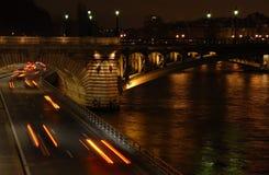 Verkeer in Parijs bij nacht Royalty-vrije Stock Foto's