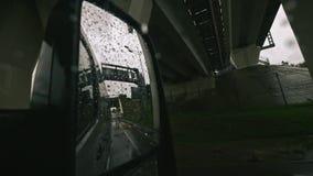 Verkeer in Regen van achteruitkijkspiegel, Drijfauto, Onweer op Weg, Weg, Regenachtige Dalingen in langzame motie stock videobeelden