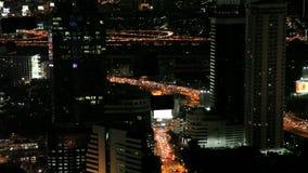 Verkeer in 's nachts Bangkok stock videobeelden