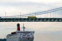 Verkeer: schip, auto en brug Stock Foto's