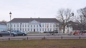 Verkeer in Schloss Bellevue, Bellevue-Paleis in Berlijn, Duitsland stock footage