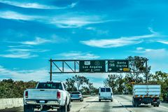 Verkeer in snelweg 101 in Los Angeles Stock Afbeelding