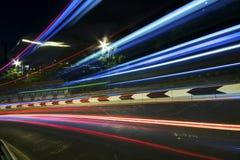 Verkeer in stad bij nacht Royalty-vrije Stock Afbeelding