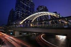 Verkeer in stedelijke stad bij nacht Stock Foto