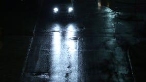 Verkeer tijdens sneeuw bij nacht stock footage