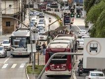 Verkeer van bussen, auto's en voetgangers in Santo Amaro Avenue, stock foto