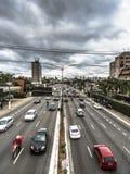 Verkeer van voertuigen in Rubem Berta Avenue in Sao Paulo royalty-vrije stock fotografie